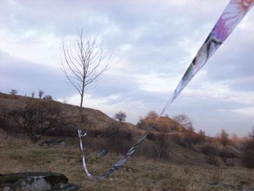 Yuka Origasa - Loslassen (Aktion in Plaszow-Krakau) - 2007 - Wachsmalstifte, Ölfarbstifte, Dammarfirnis auf Papier, Holzstab