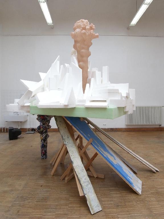 Tamayo Misawa - Insel - 2010 - Styropor, Holz, Papier, Kunststoff, Spachtelmasse - 3 x 2,7 x 2 m