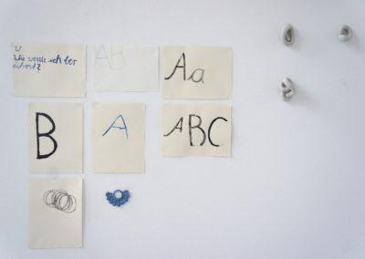 Sonja Berles - o.T. (Installationsansicht) - 2012 - Modelliergips, Papier, Tusche, Farbstifte, gefundenes Objekt - 1,5 x 1,7 m