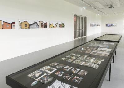 Julia Gaisbacher - Mein Traumhaus sind Luftschlösser (Ausstellungsansicht) - 2018-20 - C-Print - 6-teilige Serie - je 50 x 205 cm