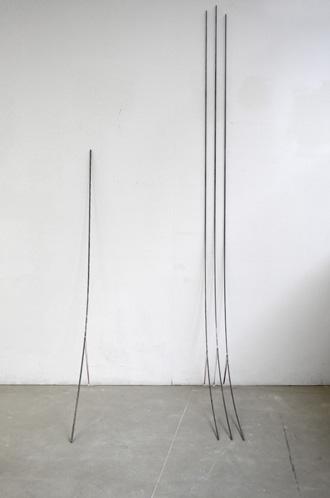 Elisa Manig - Stangen - 2014 - Eisen, Gummiband - Maße variabel