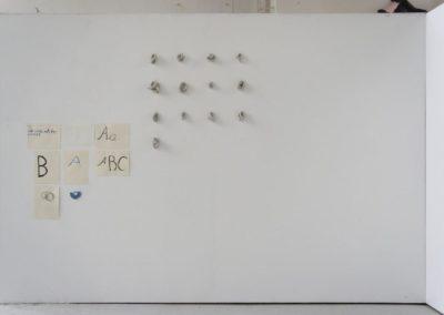 Sonja Berles - Installationsansicht - o.T. - 2012 - Modelliergips, Papier, Tusche, Farbstifte, gefundenes Objekt - 1,5 x 1,7 m