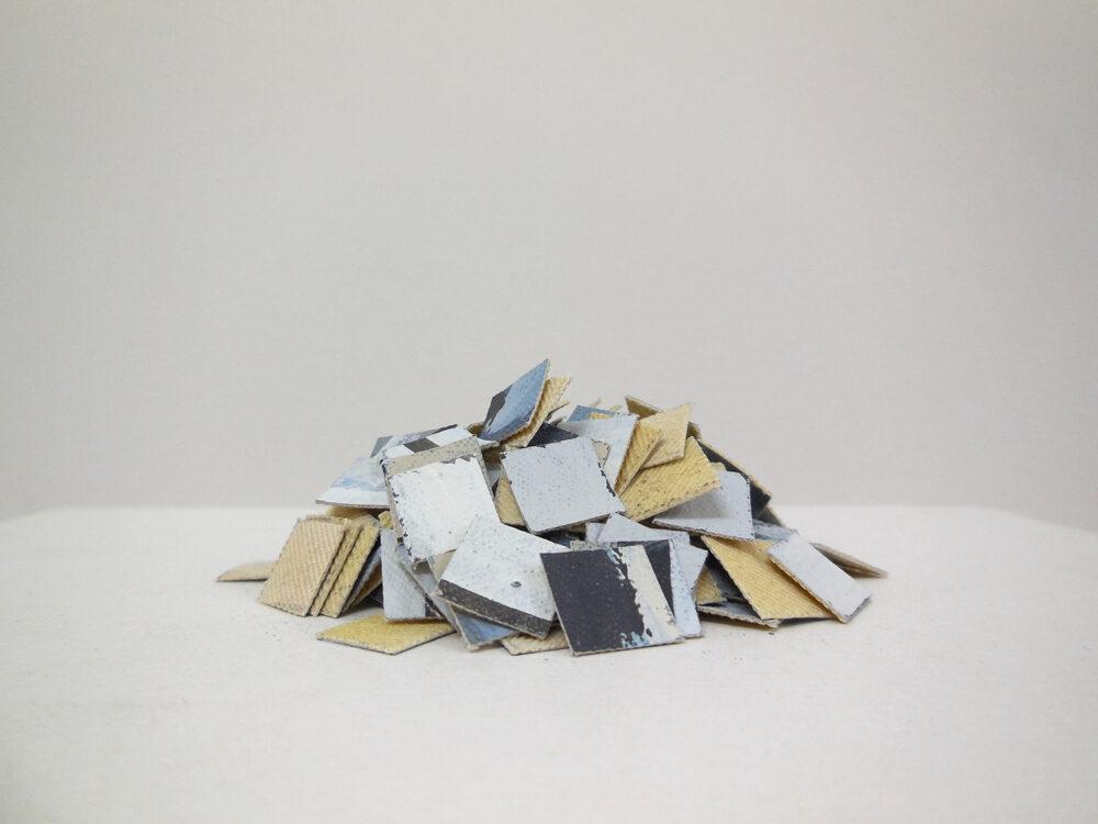 Alexandra Schewski - Haufen - 2017 - Installation, Leinwand bemalt, geschnitten und gehäuft auf Karton und Holz - 14.5 x 21 cm, Anordnung variabel