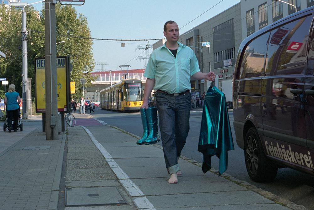 Frank K. Richter-Hoffmann - Hellblauen Glanz verbreiten · Zustand III - 2011 - Bügel, Businesshemd, Lackstoff, Stiefel - Haltestelle Dresden-Löbtau | Tharandter Straße