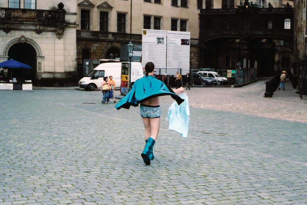 Frank K. Richter-Hoffmann - Hellblauen Glanz verbreiten · Zustand II - 2009 - Bügel, Businesshemd, Folie, Lackstoff, Retro-Boxershort, Stiefel - Altstadt und Friedrichstadt | Dresden