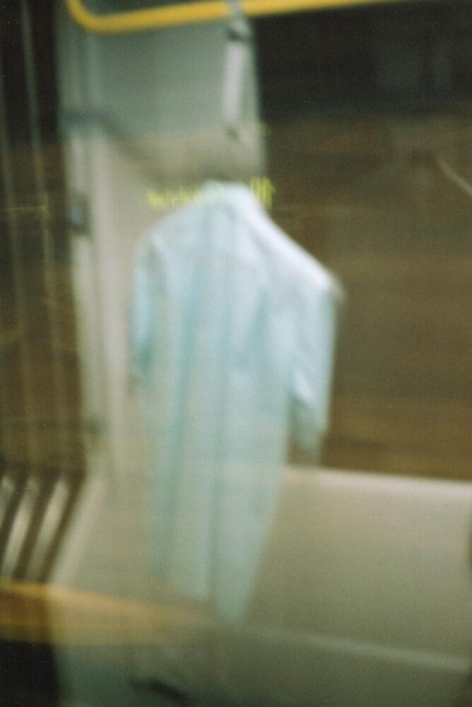 Frank K. Richter-Hoffmann - Mit dem Blauen in der Gelben bei Nacht · Zustand I - 2010 - Bügel, Businesshemd, frisch gereinigt, Folie - Straßenbahnlinien 12 und 10 | Dresden