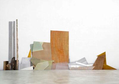 Silke Wobst - Lage Schernstel - 2010 - Sperrholzplatten, MDF, Holzleisten, Blech, Folie, Modelliermasse, Plexiglas, Ölfarbe, Leimfarbe - 280 x 600 x 20 cm