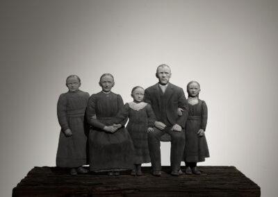 Ayelen Coccoz - Bauernfamilie (nach August Sander) - 2013 - Basrelief aus Polymerton, Pastell, Grafit, Holz - 30 x 25 x 0,5 cm
