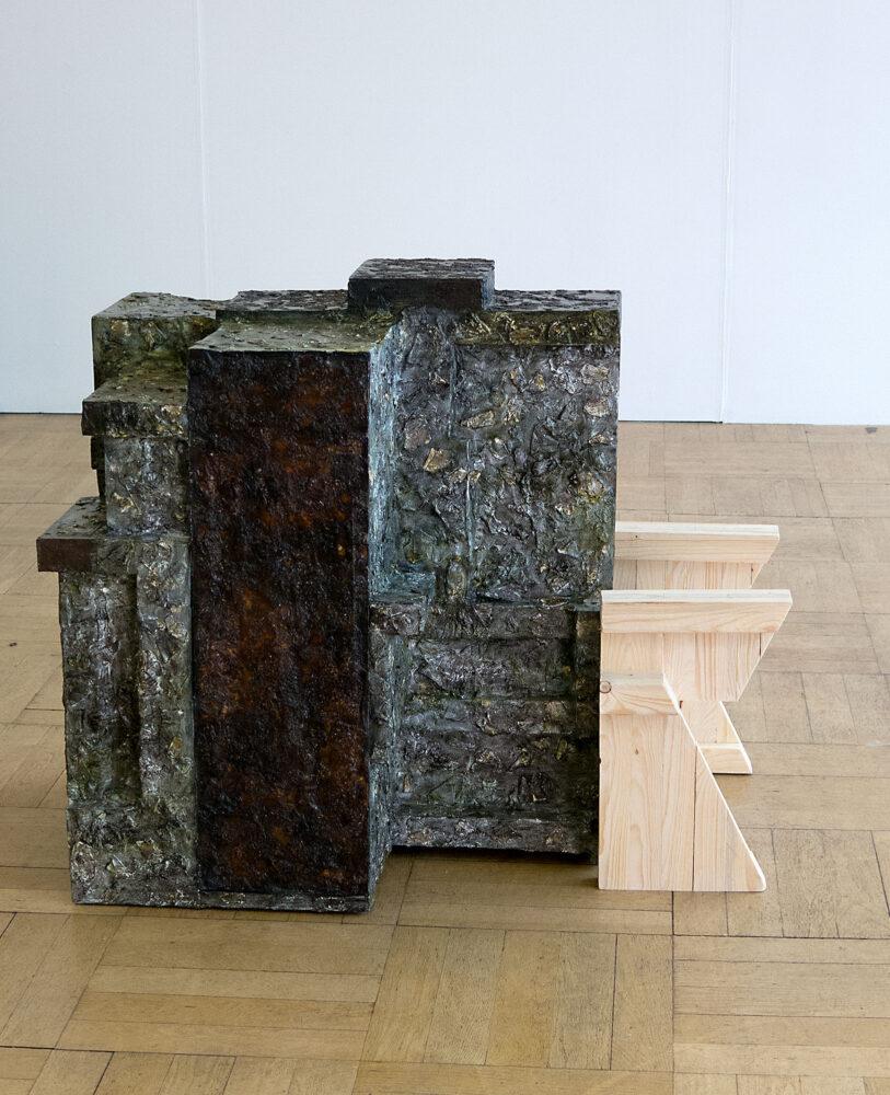 Silke Wobst - Versteck - 2015 - Holz, Papier, Leim, Lackfarbe - 91 x 108 x 70 cm