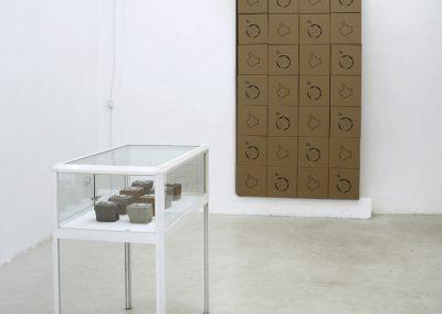 Thorsten Groetschel - Installation - Der Wunsch im Raum - 2019 - Vitrine, Hartsandstein, Zinn, Karton