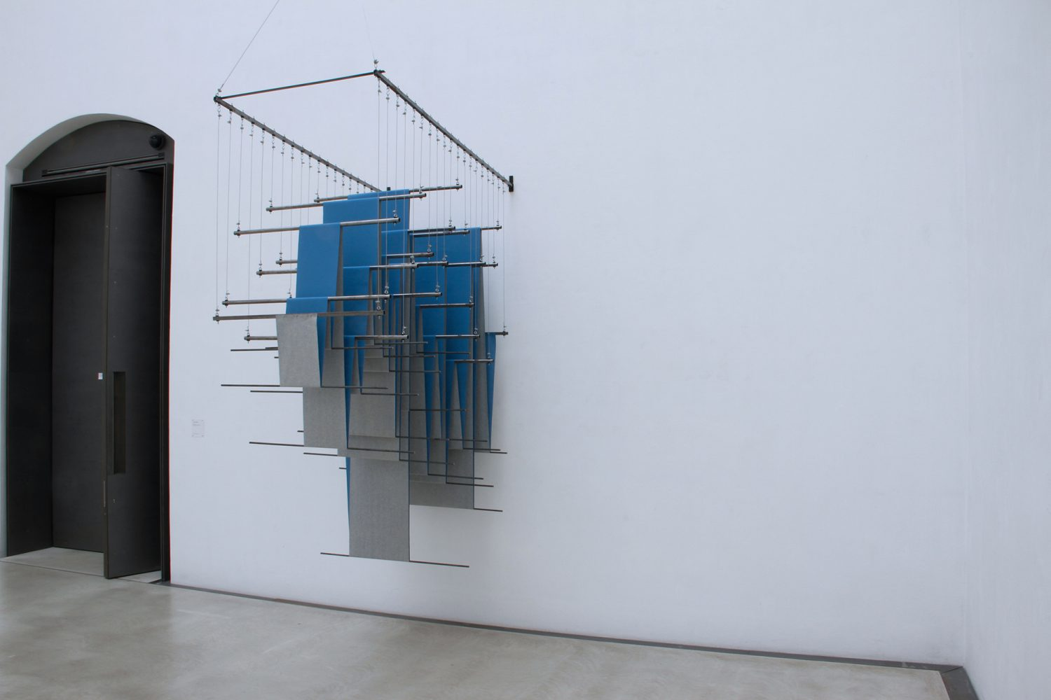 Christian Rätsch - Untitled (blue & grey) - 2012 - book binding linen, pipes, steel wire, rubber, hooks - 350 x 100 x 200 cm