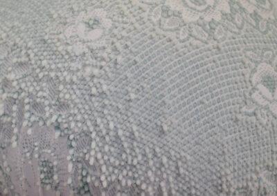 Dana Berg - Bovist (Detail) - 2019 - Tisch, Häckeldecke, Holzleim - 110 x 130 x 50 cm