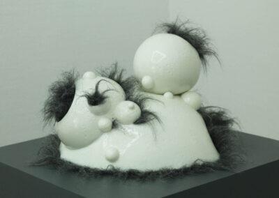 Dana Berg - Molluske I - 2019 - Porzellan, glasiert, Kunstfell - 25 x 30 x 30 cm