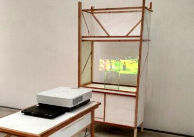 Katina (Tina) Rank – Pappellapapp – 2019 – Holz, Gips, Styropor, Videoloop – Schrankgröße: ca 1,75 m