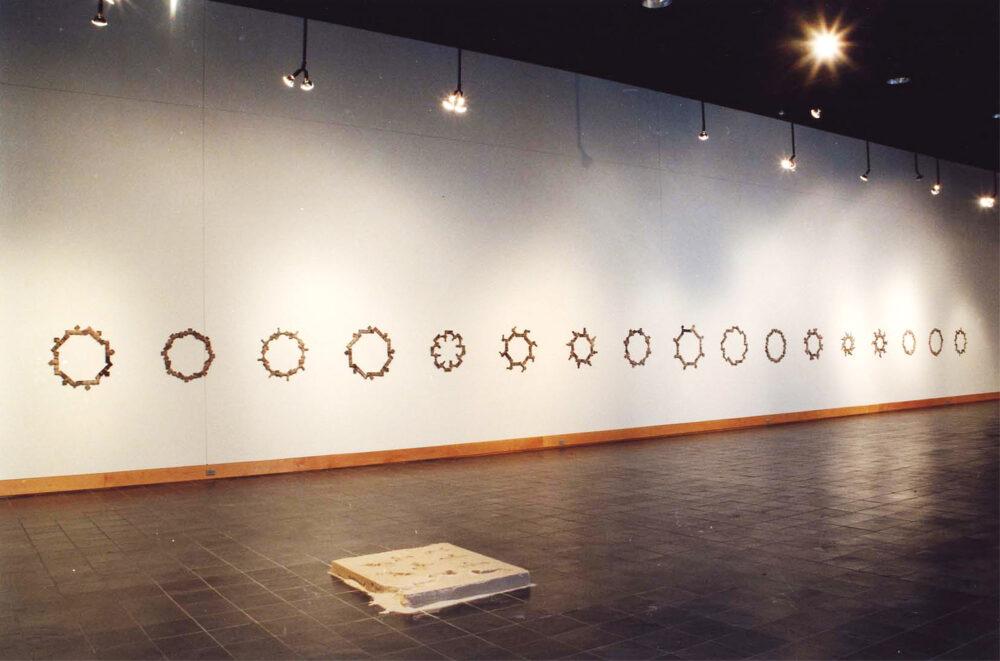 """Tobias Stengel - 21 Kreise (aus """"Varianten zum Würfel"""") - 1997 - Wandinstallation - Wachs und Sand - Größe variabel"""