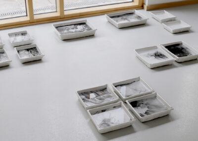 Dominique Hille – memories of you – 2016-2019 – Keramik, Fotoemulsion, Japanpapier – Installationsansicht Galerie Adlergasse, Dresden