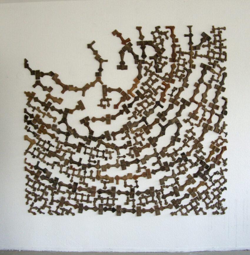 """Tobias Stengel - fingerprint (aus """"Varianten zum Würfel"""") - 2007 - Wandinstallation - Wachs und Sand - 250 x 250 cm"""