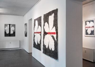 """Heike Berl - Ausstellungsansicht """"WEISSE ROSE - Natur und Symbol"""", Galerie Laterne, Chemnitz, 2020"""