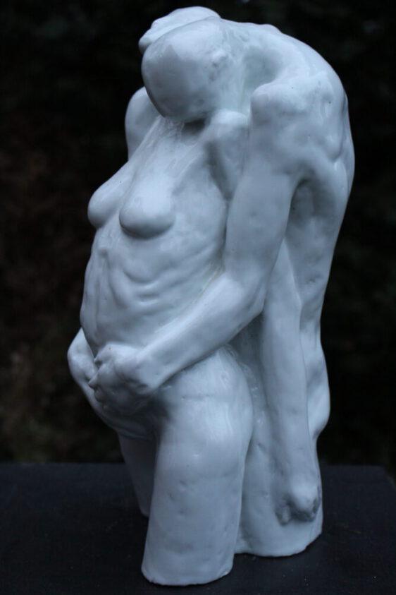 Ulrich Eißner - Umarmung - 2004 - Porzellan weiß glasiert - Höhe 32 cm