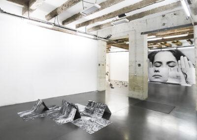 Arina Essipowitsch – Fold (Ausstellungsansicht) – 2020 – Installation, Fotografie – Maße variabel, min. 45 x 45 x 15 cm, max. 270 x 1350 cm