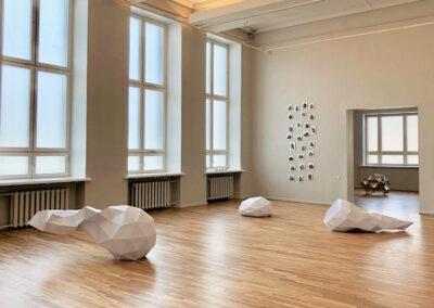 Matthias Lehmann – Entgleister Deltaeder 01-03 (Ausstellungsansicht) – 2020 – Papier, innen bedruckt – 65 x 65 x 40 cm / 65 x 65 x 120 cm / 65 x 65 x 140 cm