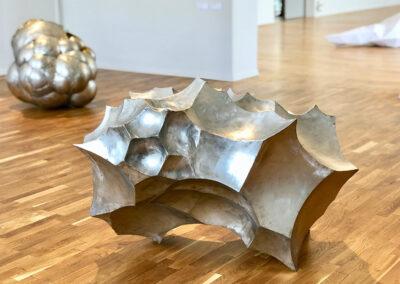 Matthias Lehmann – Apophis (Ausstellungsansicht) – 2019 – Edelstahl, gebürstet – 60 x 65 x 110 cm