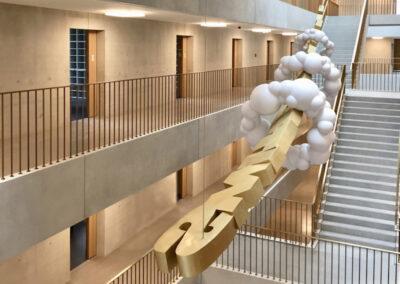 Matthias Lehmann – SWITCH – 2018 – Messing, Edelstahl, lackiert – 8,5 x 2 x 2 m – Zuschlag und Realisierung nach Kunst am Bau-Wettbewerb – Steuercampus München