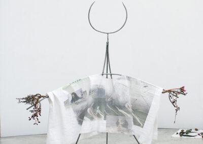 Theresa Tuffner – Miss solitude. Oohhh Ahh a mystical and a lonely person are the same (kleine Figur) – 2020 – geschweißter Stahl, Digitaldruck auf verschiedene Stoffe, verschiedene Kristalle, Unkraut, Leinen, Rosshaar – 150 x 120 x 70 cm