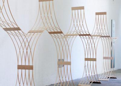 Paul Reßl – 310700 Prototyp – 2019 – Holzelement, Fichtenleisten – 160 x 720 x 35 cm – Ausstellungsansicht Buxheim, 2020