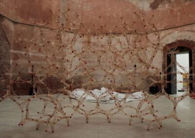 Paul Reßl – Unendlicher Raumfüllerkörper 2 (Ausstellungsansicht) – 2021 – 3D-Druck, Fichtenleisten – 450 x 600 x 450 cm